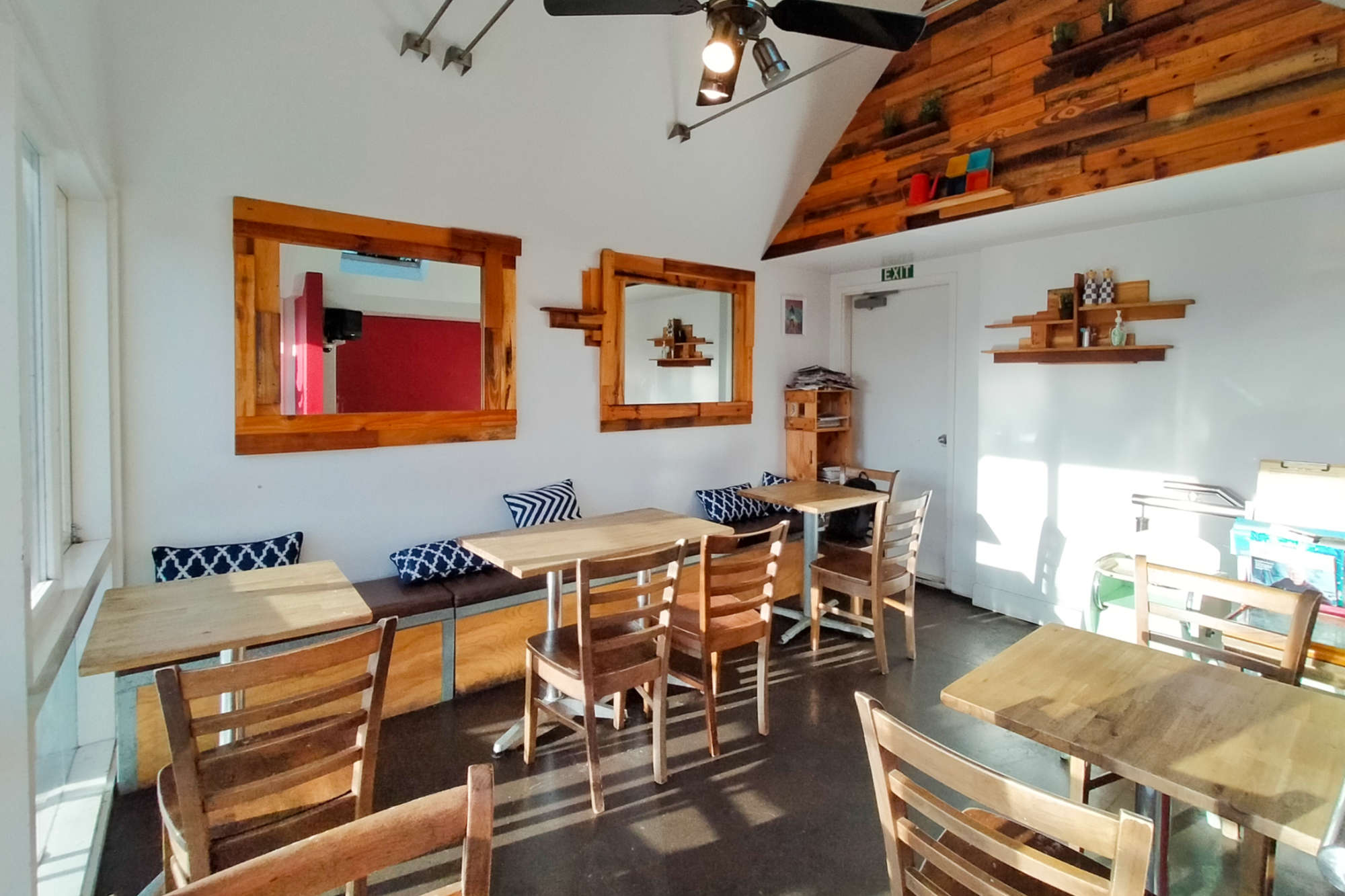 Kelburn Cafe - interior upstairs to back panorama
